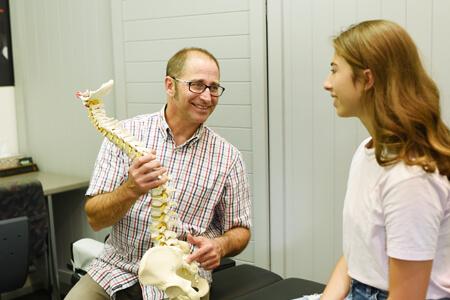 Dr Jeff Yadlosky advising female patient