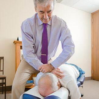 Dr Beaudry donne un ajustement vertébral