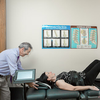 Dr Beaudry installant une patiente sur la table de décompressio