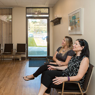 Patients dans la salle de réception