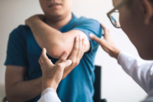 man-with-shoulder-pain-at-chiropractor