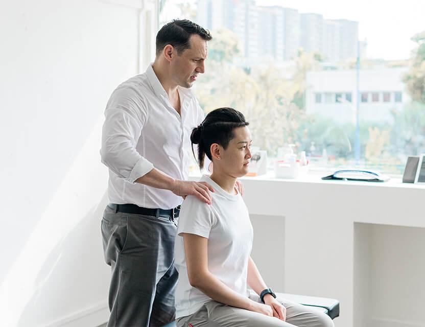 Dr Pieter adjusting woman's back