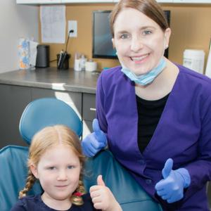dentist-alison-nette-with-child-patient