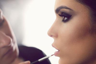 applying-lip-gloss