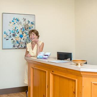 Notre réceptioniste accueillant un patient