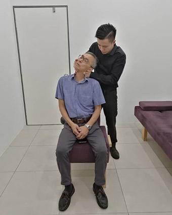 Dr Chen adjusting man