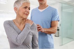 woman-shoulder-pain-chiropractor
