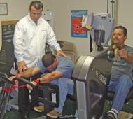 El Dr. Abrankian refuerza ajustes con ejercicio.