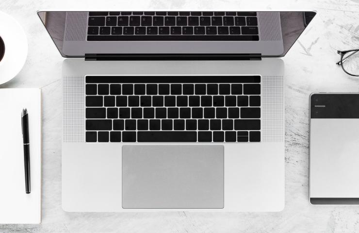 SEO - laptop - flatlay